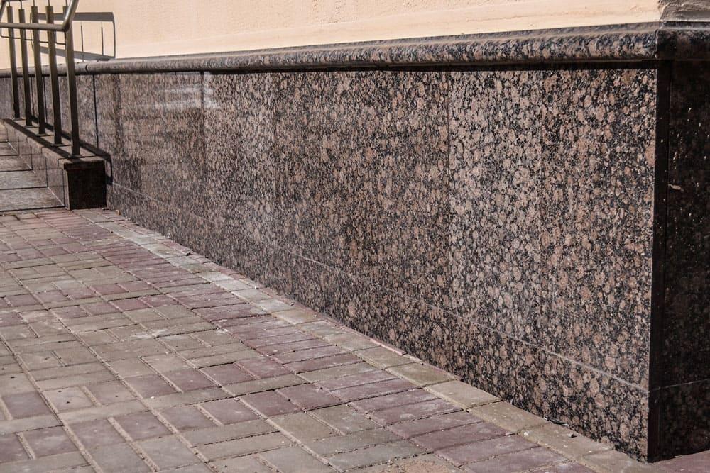 Корнинский гранит, облицовка фундамента