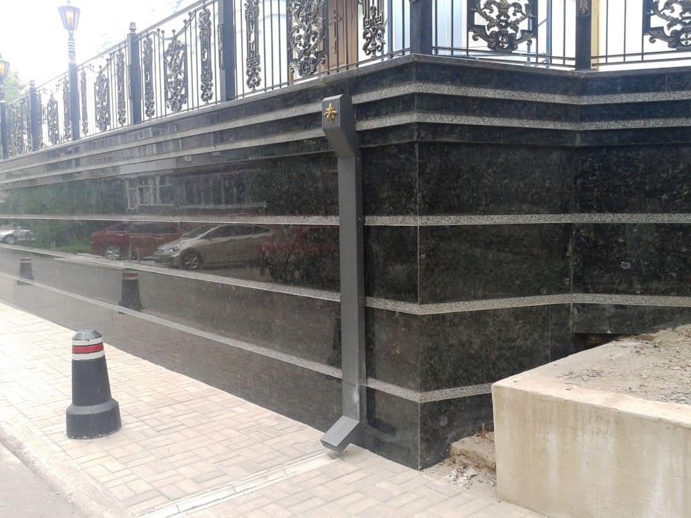 Фундамент облицован полированным Лабрадроритом с полосой шлифованного гранита