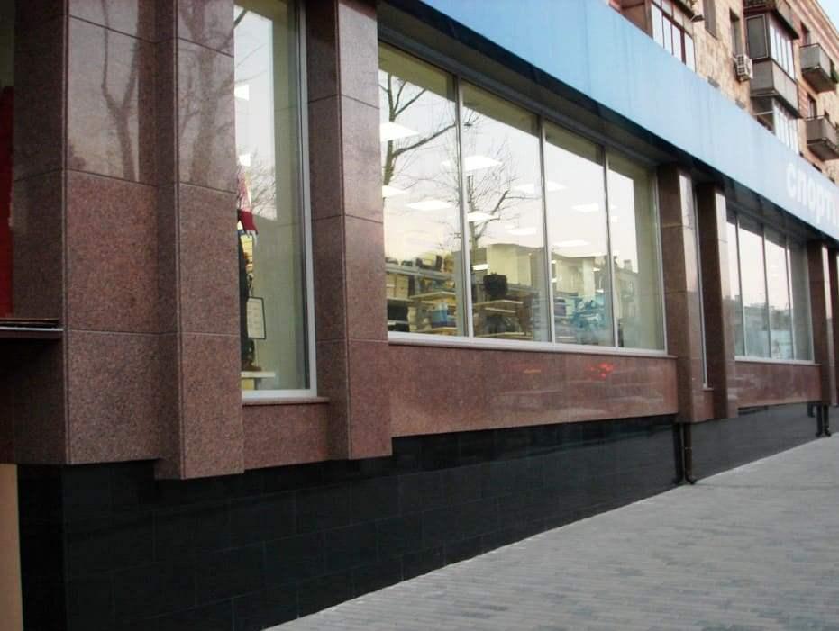 Стена облицована новоданиловским гранитом, а фундамент черный габбро