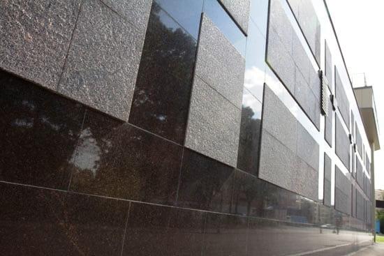 Фасад здания облицован полированным и термообработанным гранитом
