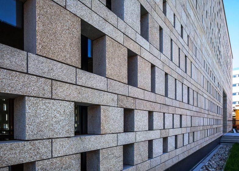 Стена из гранита, гранитные блоки