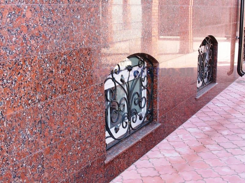 Облицовка цокольного этажа красной плиткой Капустинский гранит (фото 036)