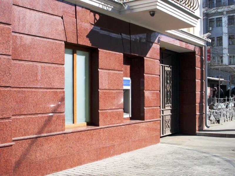 Облицовка красной гранитной плиткой фасада здания (фото 037)