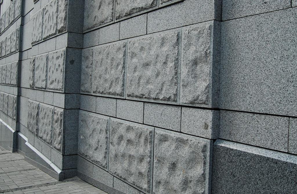 Облицовка стен гранитными плитами скала в комбинации со шлифованным гранитом (фото 001)