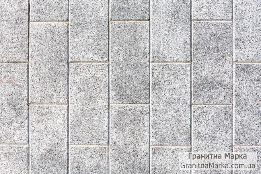 Тротуарная плитка из серого гранита с фаской, размер 200*100 термо