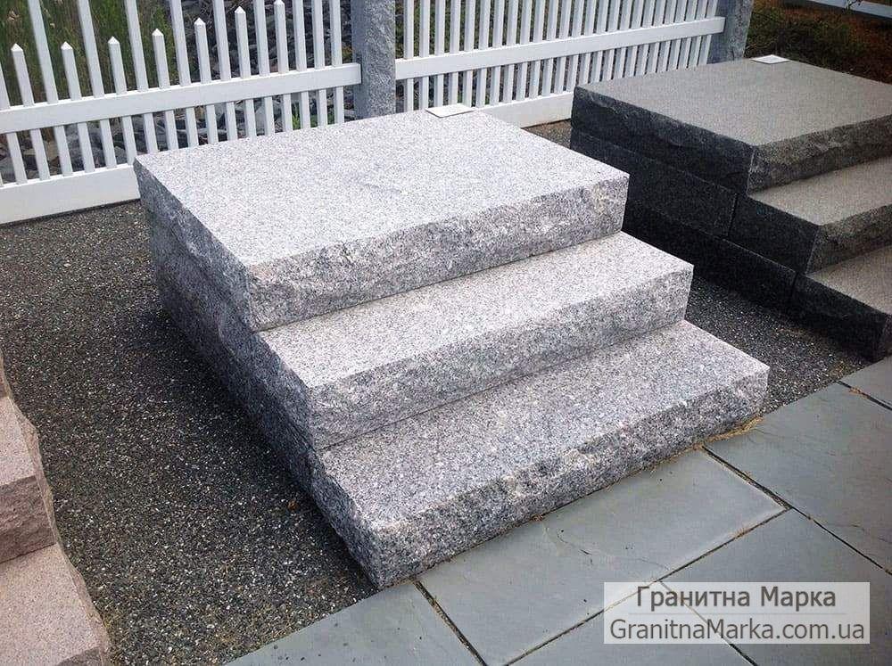 Цельные ступени из серого гранита с рваными краями, фото №28