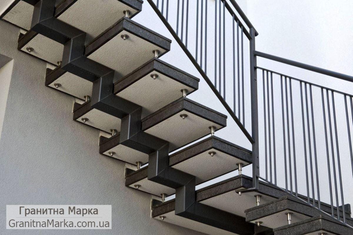 Лестница из гранита на металлическом каркасе