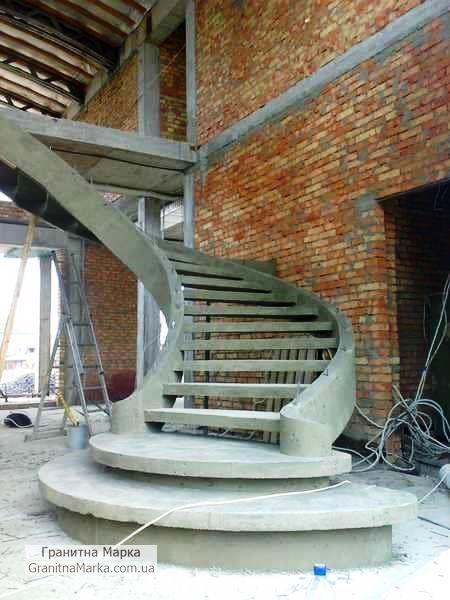 Железо-бетонный каркас для винтовой лестницы из гранита