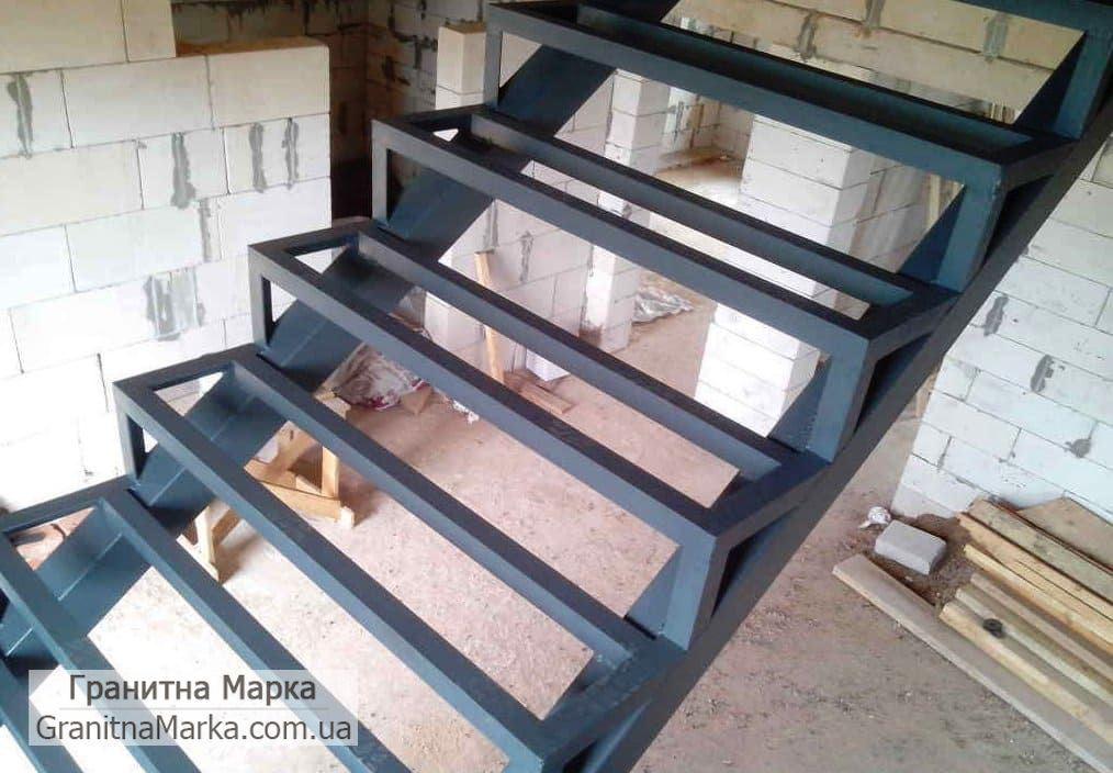 Металлический (железном) каркас для лестниц с накладными гранитными ступенями