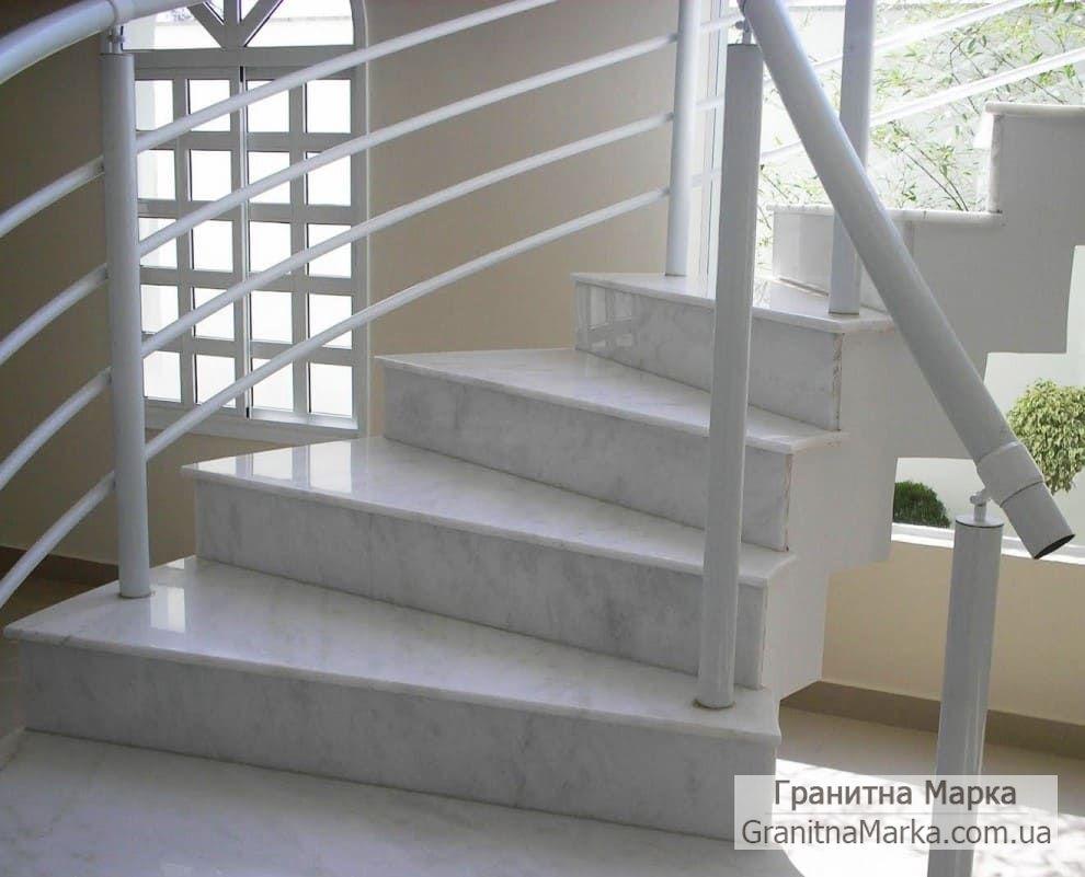 Лестница с белыми мраморными ступенями, фото №01