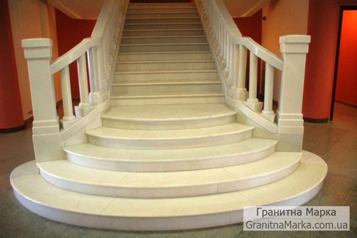 Мраморная лестница с перилами и балясинами, фото №04