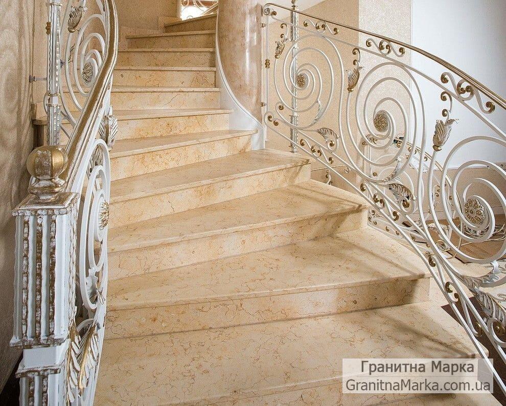 Лестница со ступенями из бежевого мрамора, фото №02