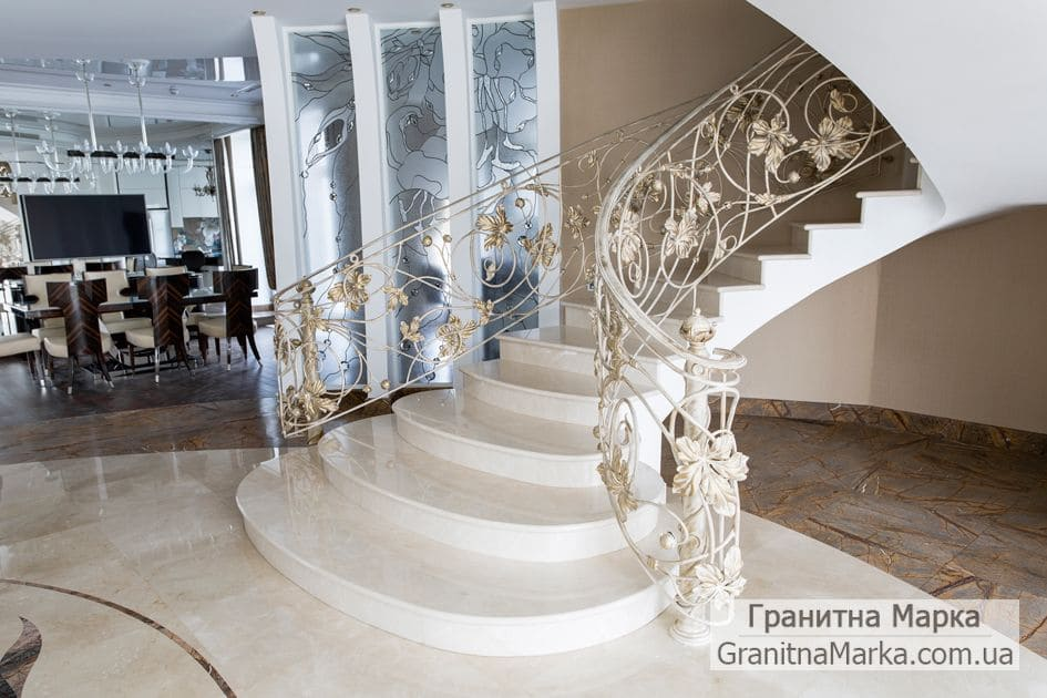 Мраморная лестница с кованными перилами, фото №06