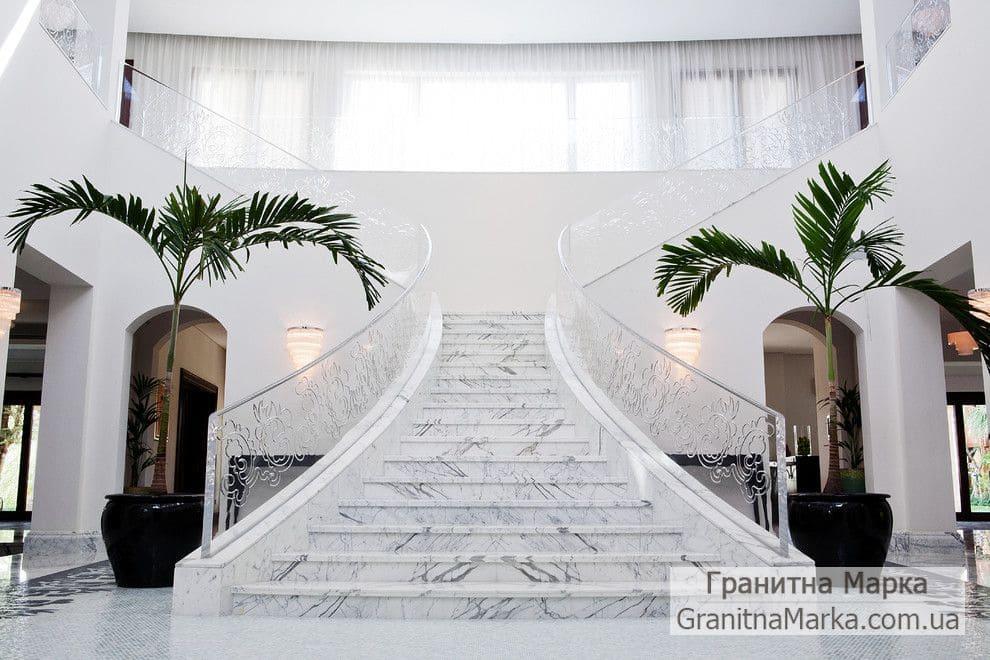 Мраморные ступени с серыми разводами, фото №17