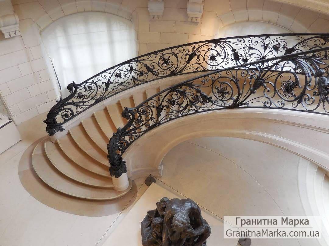 Мраморная лестница с кованными перилами, фото №18