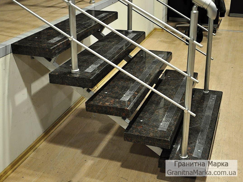 Накладные цельные Ступени из черного гранита с коричневым оттенком, фото №01