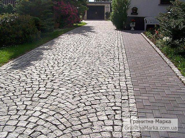 Комбинация колотой брусчатки и тротуарной плитки