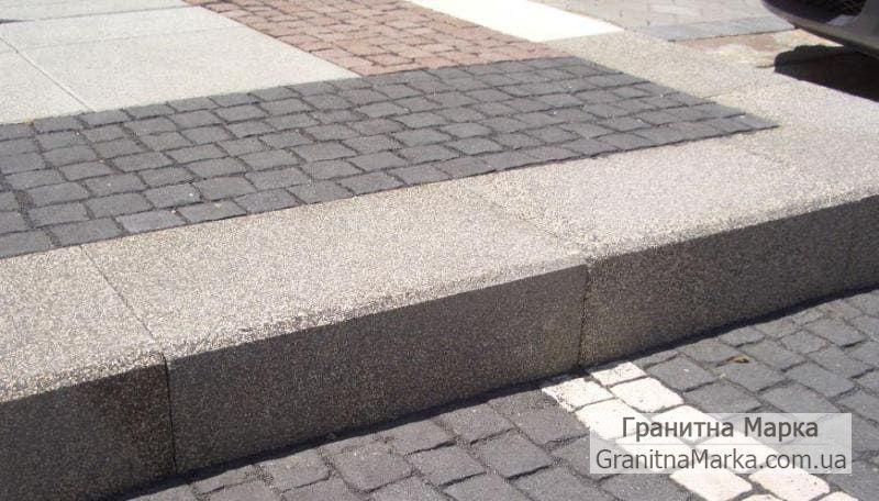 Широкий бордюр из камня с бучардированной поверхностью, фото №12