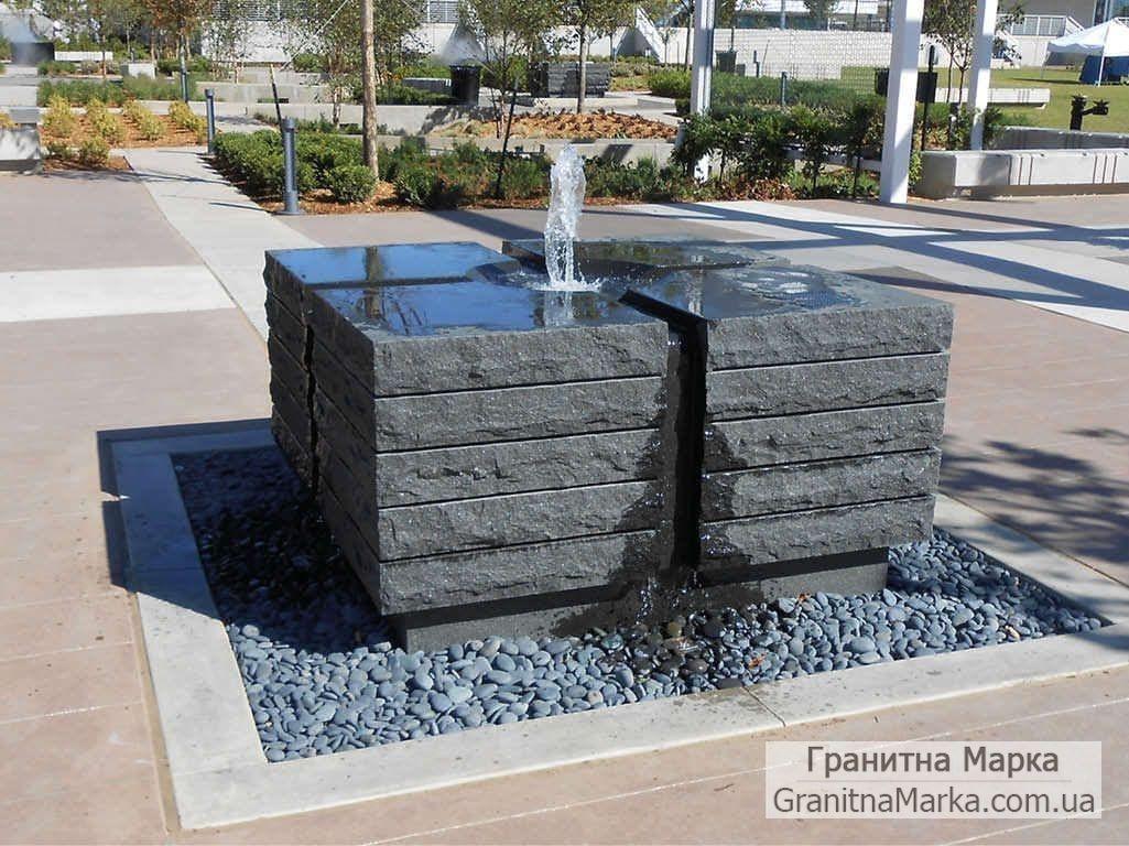 Оригинальный небольшой фонтан из черного гранита на площади, фото №106
