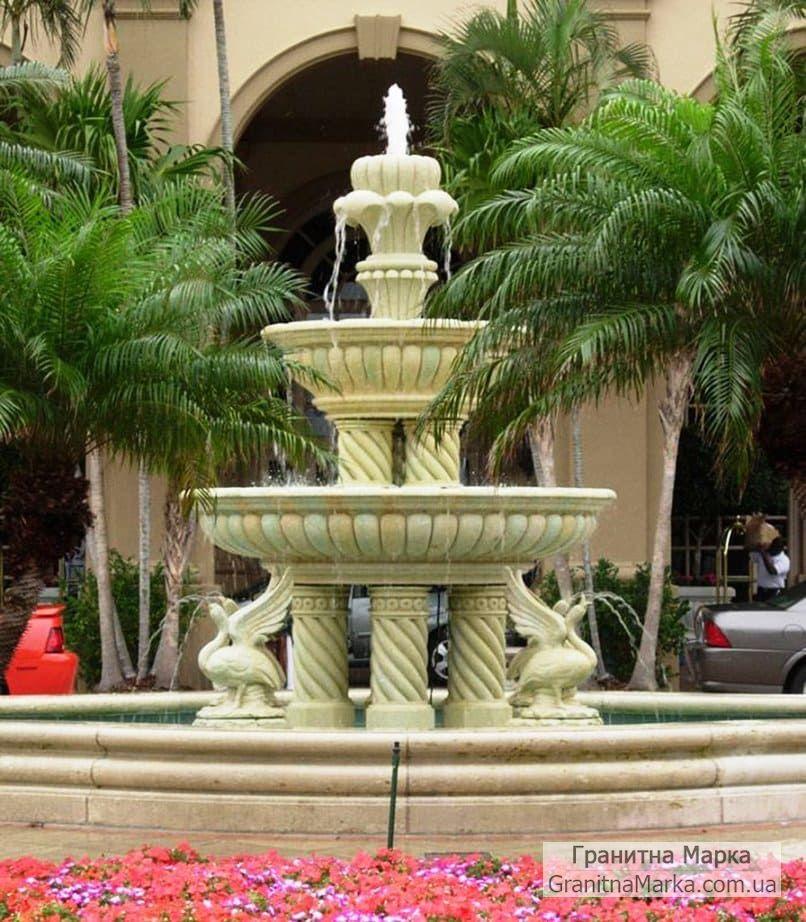Многоуровневый мраморный фонтан на витых колонах со скульптурой лебедей