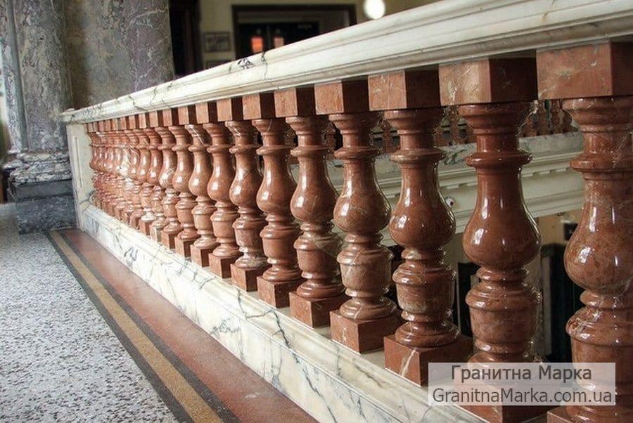 Мраморная балюстрада с коричневыми балясинами из мрамора, фото №06
