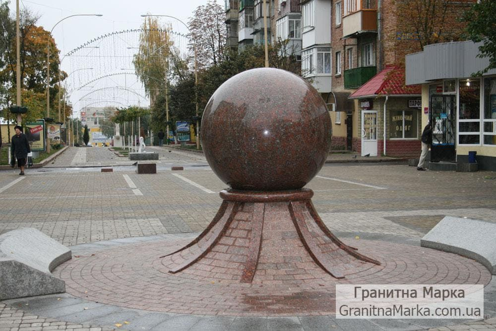 Гранитный шар-мемориал в центре города, фото №01