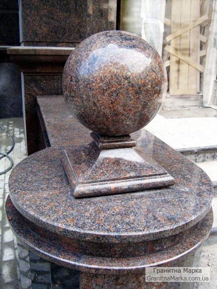 Шар на квадратной подставке из коричневого гранита Новоданиловка, фото №08