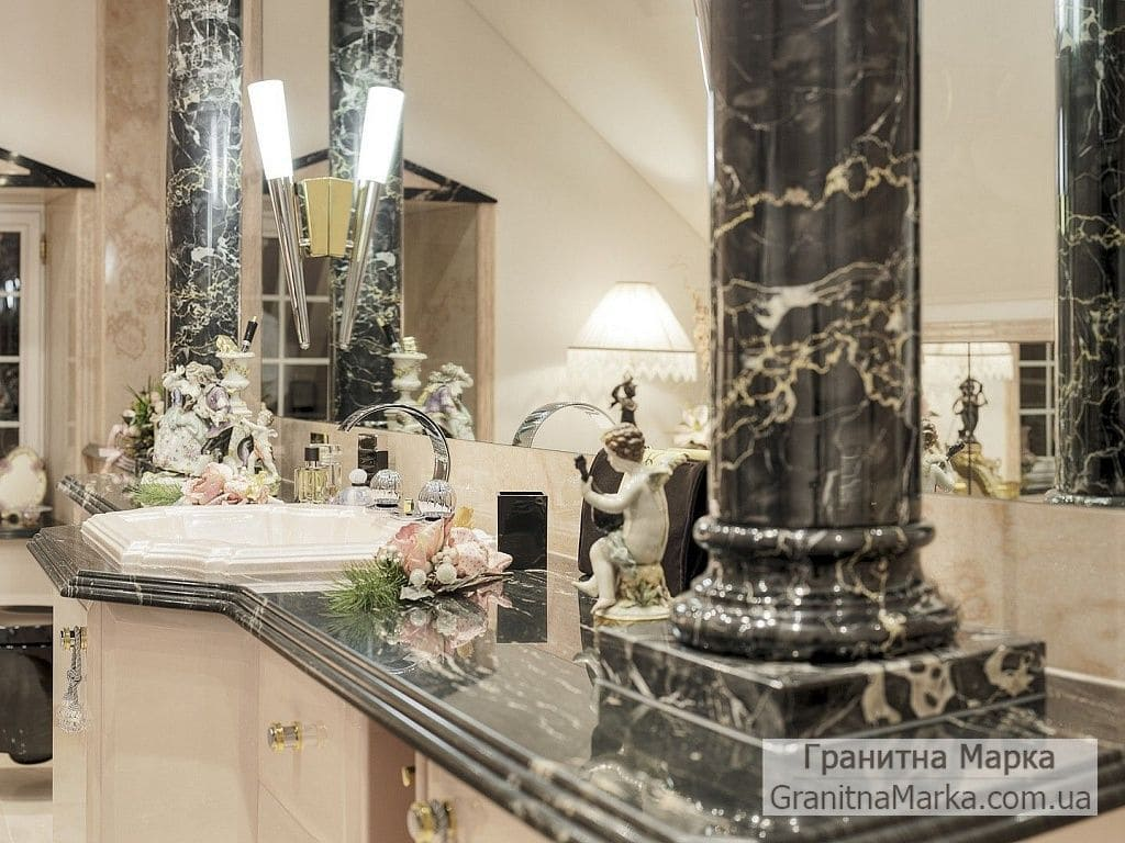 Черные декоративные колонны в ванной, фото №M-01